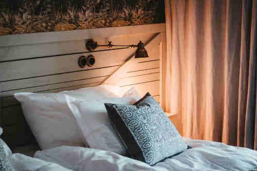 plusieur oreiller en latex posé sur le lit