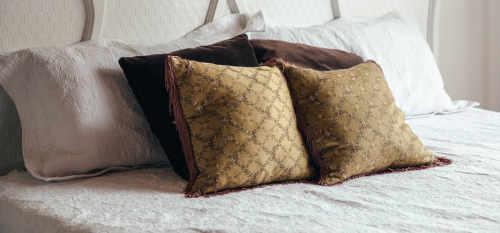 plusieurs formes et tailles d'oreillers sur lit
