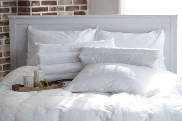 Oreillers et couettes sur lit