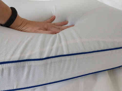 Oreiller épais et assez ferme pour la position latérale