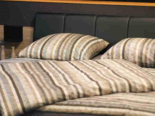 lit et oreiller dans chambre d'hôtel