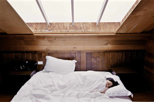 jeune femme dort sur le côté