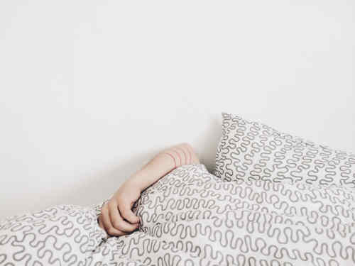 Jeune femme dort sur le dos