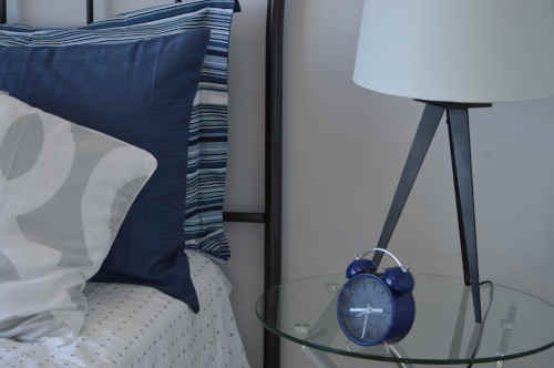 Plusieurs coussins en polyester sur lit