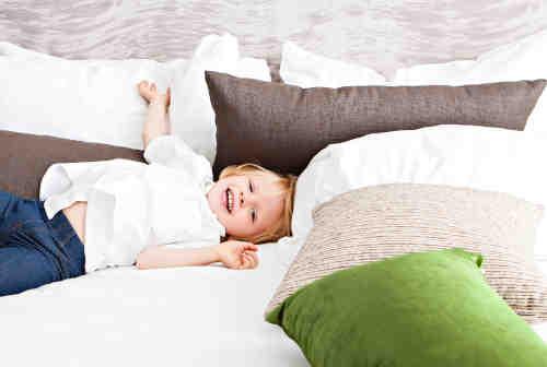 Plusieurs oreillers sur lit