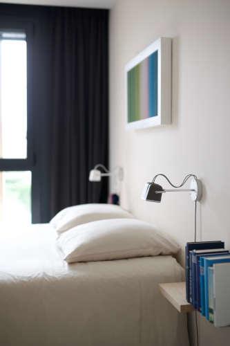 Deux oreiller rafraîchissant dans une chambre bien rangée