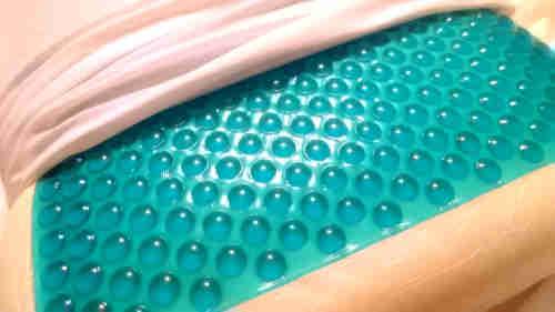 couche de gel étalé sur un oreiller à mémoire de forme