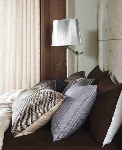 Oreillers à mémoire de forme sur lit