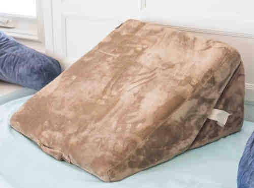 Coussin triangulaire pour lit avec housse en velours