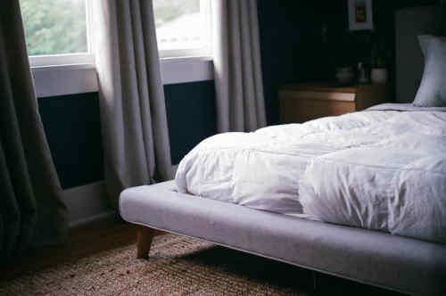 Belle chambre avec lit et couette