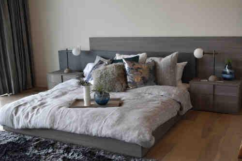 Chambre a coucher cosy avec une literie luxueuse en soie