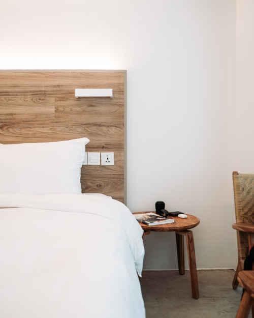 Chambre à coucher avec une couette et une literie en coton