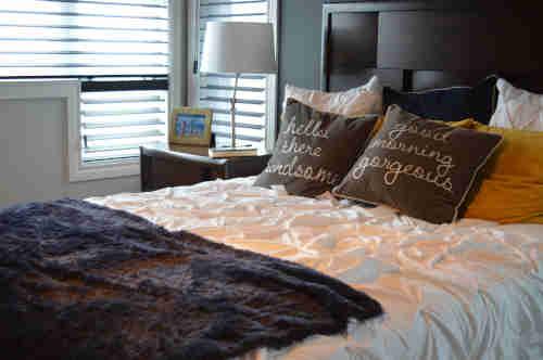 Matelas abordable et accessible dans une chambre bien rangée