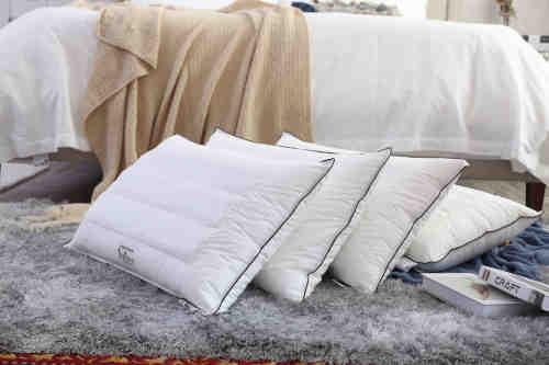 Pile d'oreillers moelleux et confortable