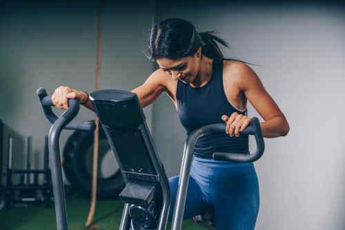 Jeune femme qui finit une séance de fitness
