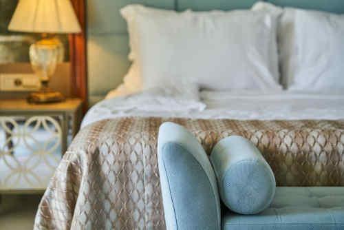 Chambre à coucher luxueuse avec un lit à ressorts